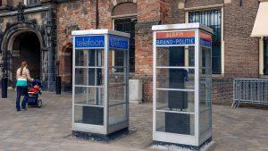 Foto van de telefooncellen bij het Binnenhof in Den Haag. De foto is gemaakt door Geert Wirken. De foto hoort bij de pagina