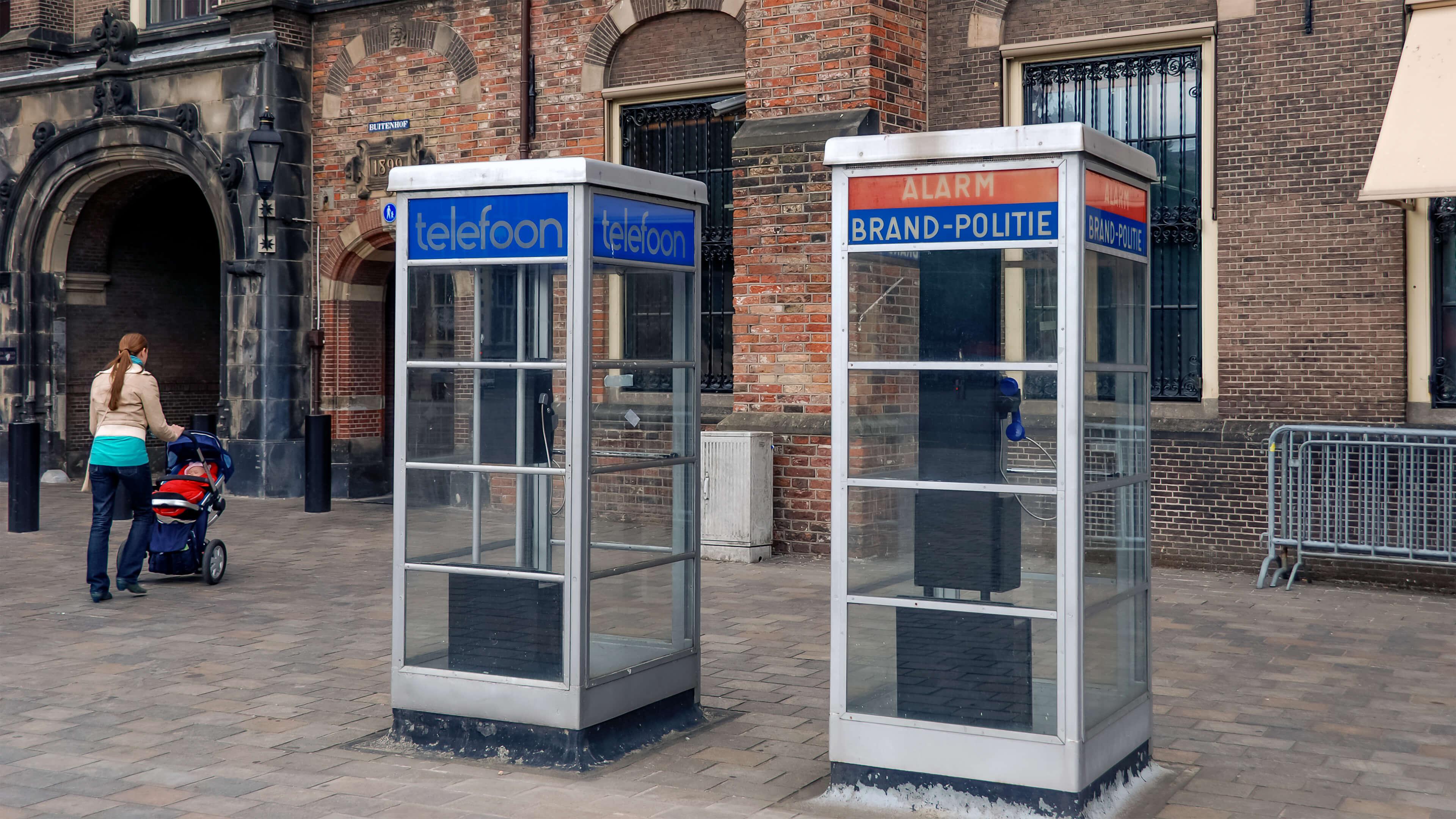 """Foto van de telefooncellen bij het Binnenhof in Den Haag. De foto is gemaakt door Geert Wirken. De foto hoort bij de pagina """"Contact""""."""