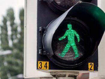 """Foto van een groen voetgangerslicht bij het artikel """"Let's walk about it!"""""""
