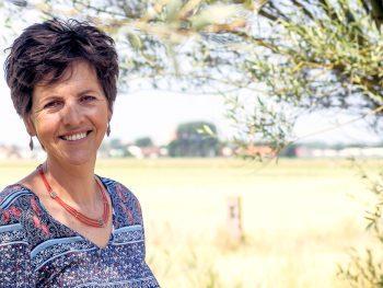 """Foto van Claudia van Leent bij de pagina """"Wie is Claudia van Leent?"""" op de website van Lopende ZAKEN wandelcoaching."""